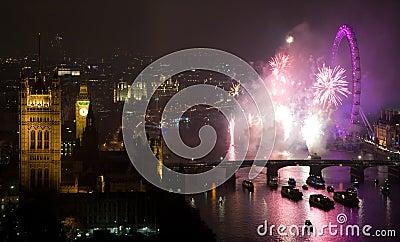 Fogos-de-artifício sobre o olho e o Westminster de Londres Foto de Stock Editorial