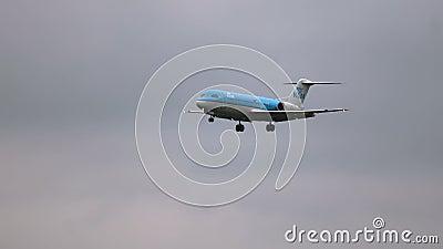 Fokker 70 von KLM-Fluglinien, die zum Flughafen sich nähern stock video