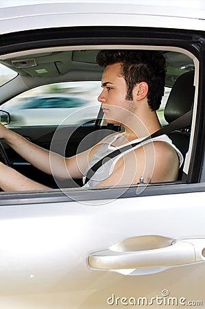 Fokuserad tonårs- chaufför