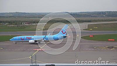 Folgendes GEN Boeing-737 von Fluglinie ` TUIfly Nordic-`, Vantaa-Flughafen helsinki stock footage