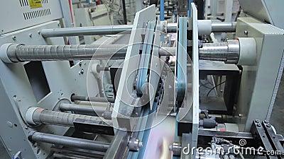 Folha deslocada impressa dobras de dobramento da máquina como parte do folheto do jornal na casa da cópia filme