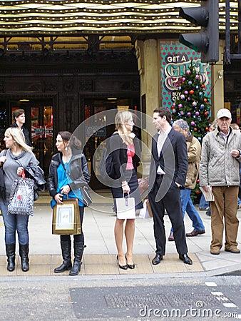 Folk i den Oxford gatan, London Redaktionell Bild