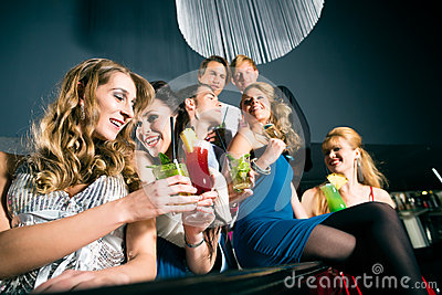 Folk i dricka coctailar för klubba eller för stång