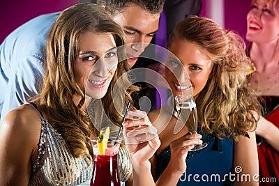 Folk i klubba eller stång som dricker coctailar