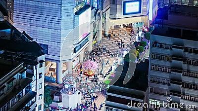 Folk på öppningsutrymmet av en shoppinggalleria. Brett zooma sköt in. lager videofilmer