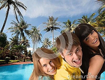 Folk som ler tre barn
