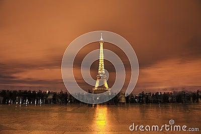 Folkmassan av Eiffel står hög framme Redaktionell Foto