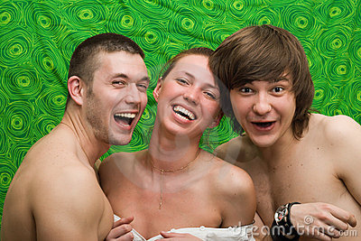Folkstående som ler tre barn
