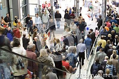 Folla nel centro commerciale