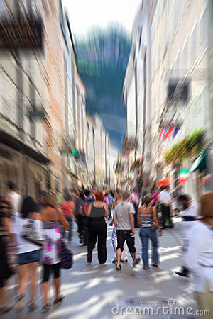 Folla su una via stretta della città