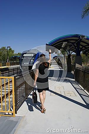 Fonctionnement de femme pour attraper le train