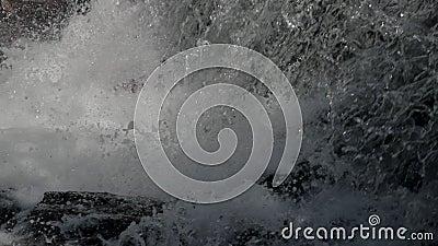 Fondo de la cascada en la cámara lenta almacen de video