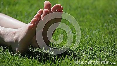 Fondo dell'erba del piede della ragazza dei bambini