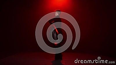 Fondo rosso L'uomo sta ballando da solo con il panno nero rosso video d archivio