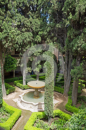 Free Fontain In Garden Of Alhambra Palace Royalty Free Stock Image - 33792536