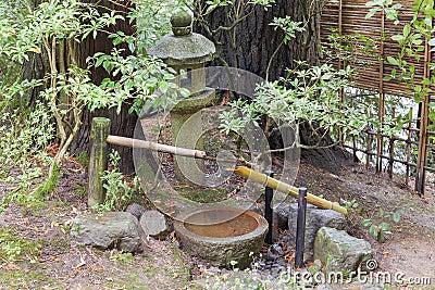 fontaine d 39 eau de tsukubai et lanterne de pierre dans le. Black Bedroom Furniture Sets. Home Design Ideas