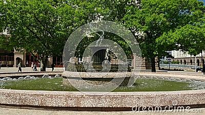 Fontana davanti alla costruzione di presidenza a Sofia, Bulgaria a luce del giorno video d archivio