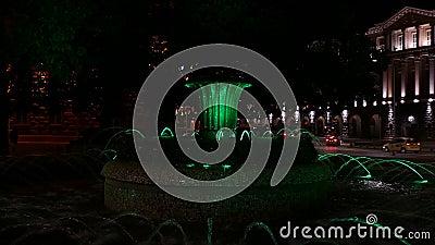 Fontana di Colouful davanti alla costruzione di presidenza a Sofia, Bulgaria alla notte Vista al Consiglio dei Ministri stock footage