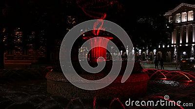 Fontana di Colouful davanti alla costruzione di presidenza a Sofia, Bulgaria alla notte Vista al Consiglio dei Ministri video d archivio