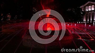 Fontana di Colouful davanti alla costruzione di presidenza a Sofia, Bulgaria alla notte Vista al Consiglio dei Ministri archivi video