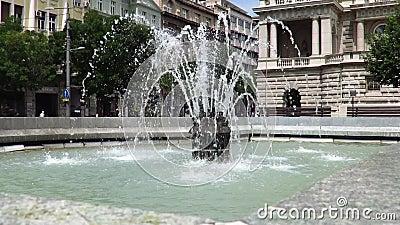 Fontana pubblica di fronte alla costruzione della Presidenza della Serbia stock footage