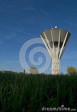 Fonte de água e torre do armazenamento
