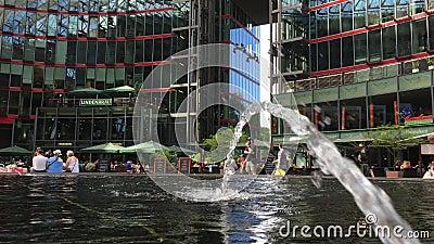 Fonte do detalhe em Potsdamer Platz Sony Center com povos video estoque