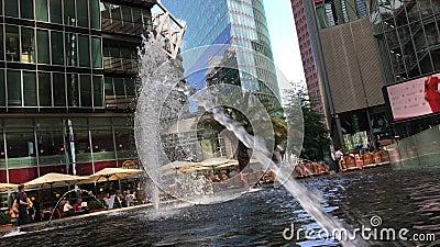 Fonte, Restaurantes e Edifício de Alto Rise em Potsdamer Platz no Sony Center video estoque