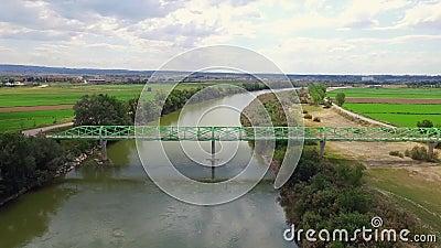 Footbridge над сигналом реки воздушным вне сток-видео