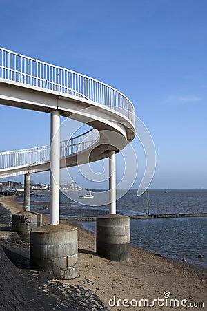 Footbridge przy morzem, Essex, Anglia