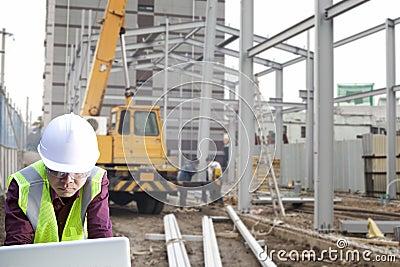 Foreman construction site using laptop