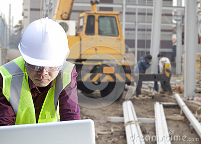 Foreman construction site using laptop