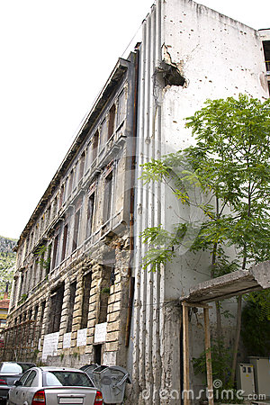 Fori di pallottole su costruzione dopo la guerra a Mostar