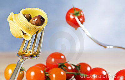 Fork with deliciouscvpasta, tomato and olive
