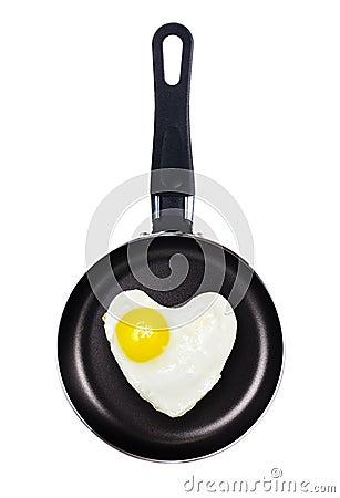 Forma del corazón del huevo frito en una cacerola