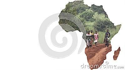 Forma do continente de África com passeio borrado dos povos filme