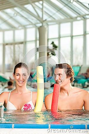 Forma fisica - ginnastica di sport sotto acqua nella piscina