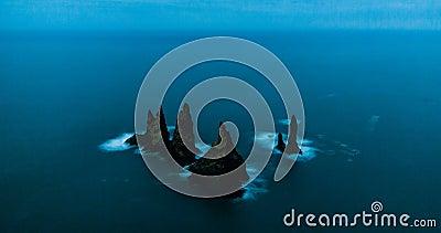 Formazioni rocciose della spiaggia di Reynisdrangar video d archivio