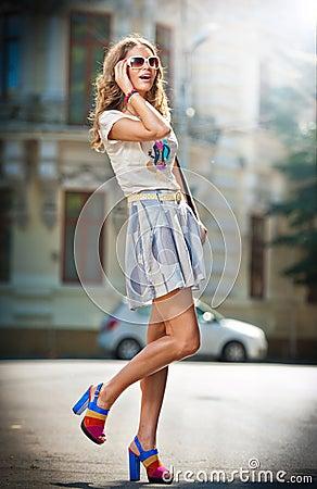 Falda corta de tacones altos