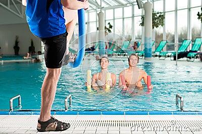 Forme physique - gymnastique de sports sous l eau dans la piscine
