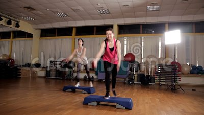Forme physique, sport, formation, a?robic et concept de personnes - groupe de personnes ?tablissant avec des steppers dans le gym banque de vidéos