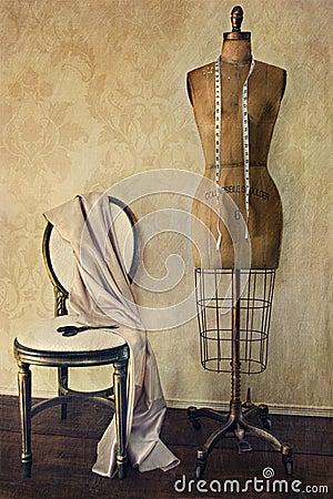 Formulário e cadeira antigos do vestido com sentimento do vintage