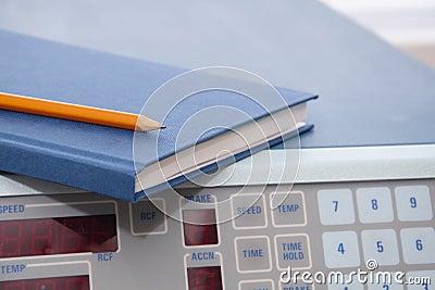 Forschungslabor: Journal auf wissenschaftlichem Instrument
