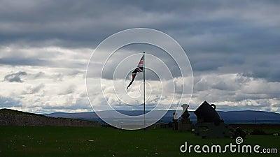 Fort George, †d'Inverness, Royaume-Uni «le 20 août 2017 : Bombardez et drapeau anglais au-dessus de l'entrée principale du ` s clips vidéos