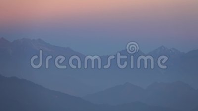 Foschia in altopiani dell'Himalaya, Nepal di rosa di mattina video d archivio