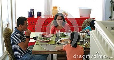 Fostra växelverkan med hennes dotter, medan ha lunch 4k stock video