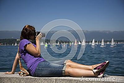 Fotógrafo de sexo femenino por el agua