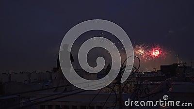Fotógrafo novo que está no telhado com a câmera que olha fogos-de-artifício video estoque