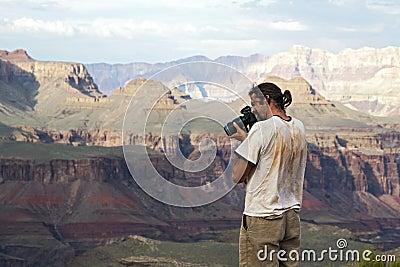 Fotógrafo que dispara na garganta grande