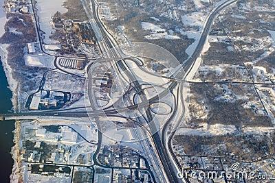 Foto aérea da interseção da estrada